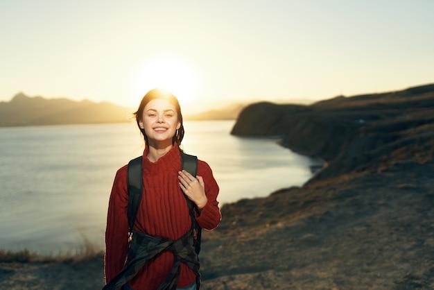 Mulher alegre, alpinista, montanhas rochosas, paisagem, pôr do sol, ar fresco