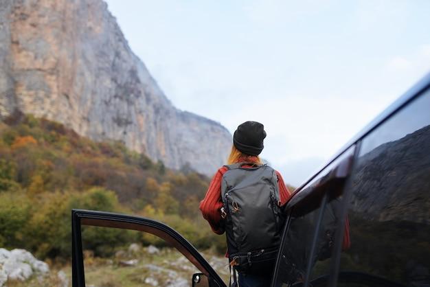 Mulher alegre alpinista nas montanhas ao ar livre, viagem de férias, transporte