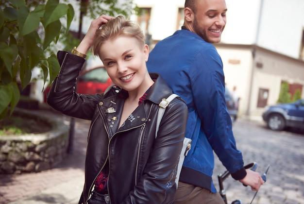 Mulher alegre andando na bicicleta do namorado