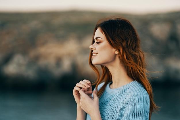 Mulher alegre ao ar livre, natureza, paisagem, viagem, estilo de vida