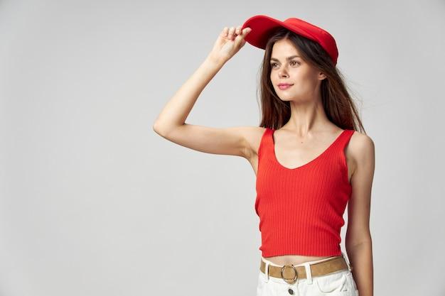Mulher alegre com boné vermelho