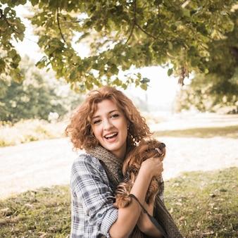Mulher alegre com cachorro no parque