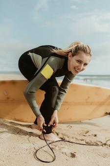 Mulher alegre com coleira de prancha de surf