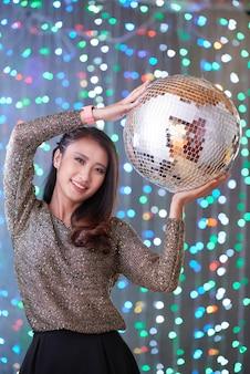 Mulher alegre com discoball