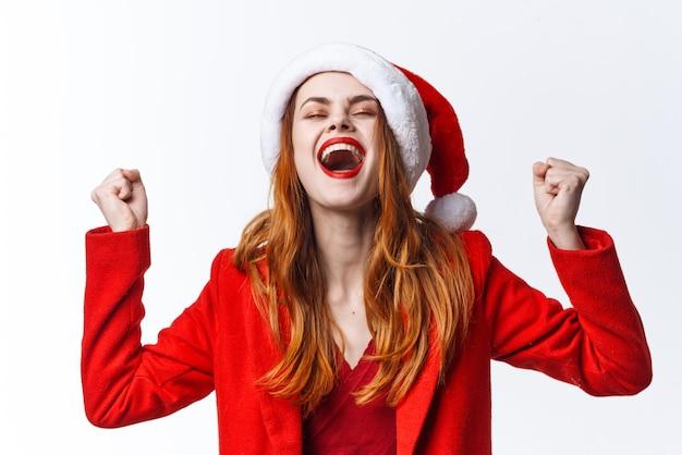 Mulher alegre com fantasia de papai noel emoções closeup decoração de moda