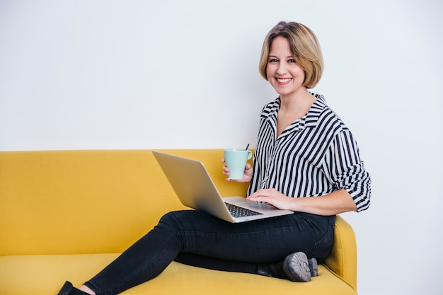 Mulher alegre, com, laptop