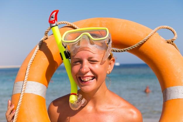 Mulher alegre com máscara de snorkeling