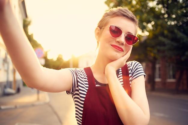 Mulher alegre com óculos de sol na rua andar de alegria