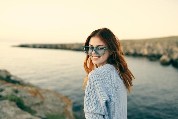 Mulher alegre com óculos, paisagem ao ar livre, viagem pela ilha