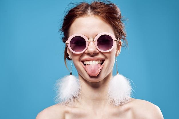 Mulher alegre com ombros nus e emoções de decoração de óculos