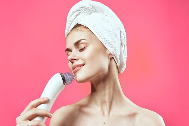 Mulher alegre com ombros nus, limpeza facial