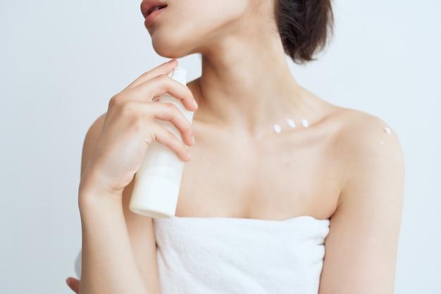 Mulher alegre com os ombros nus e pele limpa após o banho
