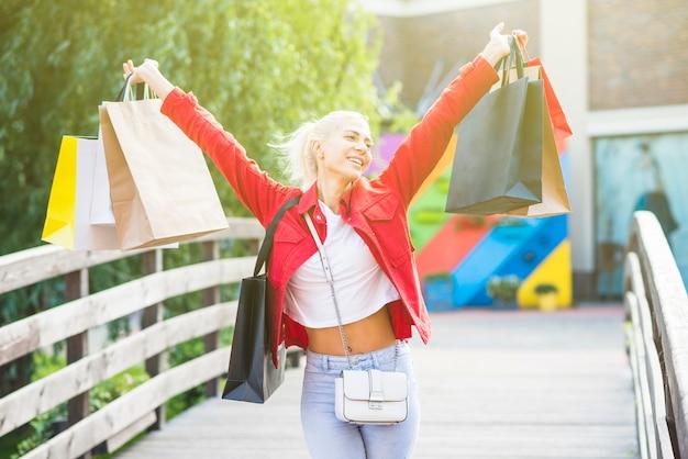 Mulher alegre com pacotes de compras