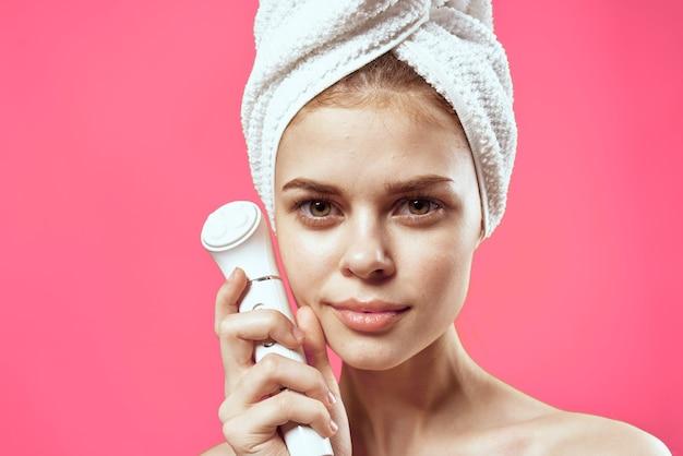 Mulher alegre de ombros nus limpando a pele modelo de tratamentos de spa