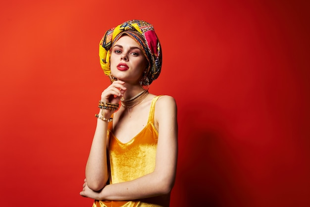 Mulher alegre decoração de bloco multicolorido etnia fundo vermelho