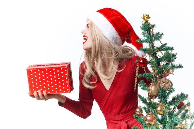 Mulher alegre decoração de presentes de natal luz de fundo
