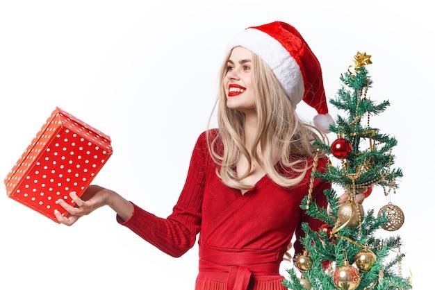 Mulher alegre decoração de presentes de natal luz de fundo Foto Premium