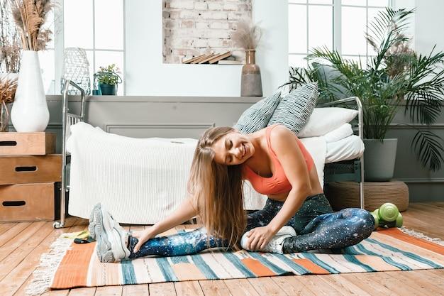Mulher alegre e esportiva com cabelos loiros que vão até a perna