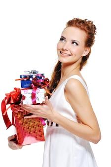 Mulher alegre e feliz segurando o presente e olhando para cima