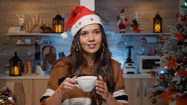 Mulher alegre e festiva sorrindo por causa do inverno