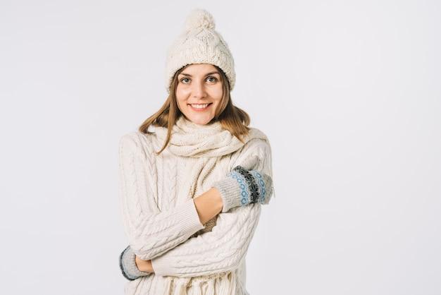 Mulher alegre em roupas de malha, sentindo frio