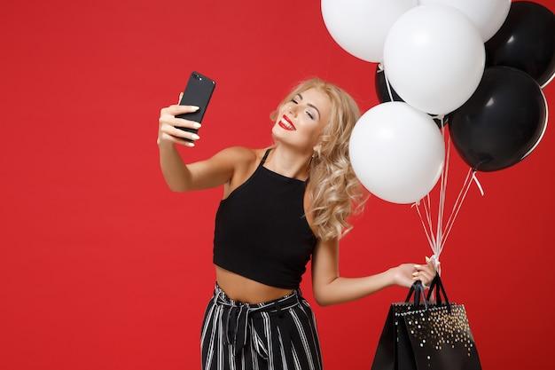 Mulher alegre em roupas pretas posando