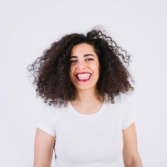 Mulher alegre em t-shirt branco
