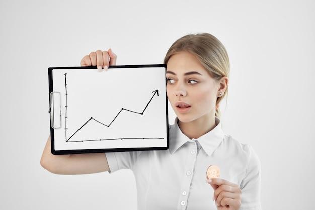 Mulher alegre em uma camisa branca com uma pasta de tecnologias na mão
