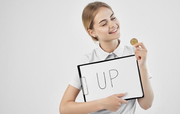 Mulher alegre em uma camisa branca segurando uma pasta
