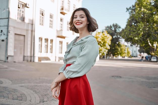 Mulher alegre em uma cidade com saia vermelha, passeio divertido, estilo de vida, lazer