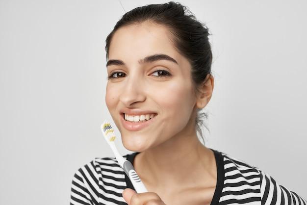 Mulher alegre escovando os dentes, higiene, luz de fundo
