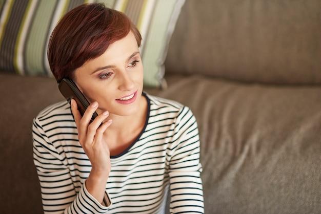 Mulher alegre falando ao telefone