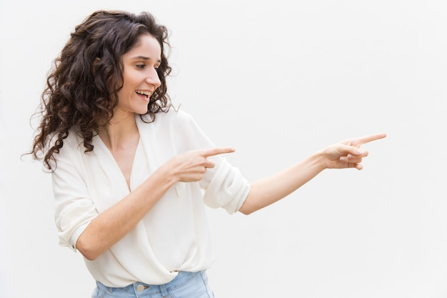 Mulher alegre feliz olhando e apontando os dedos
