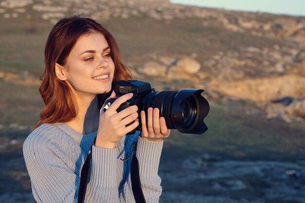Mulher alegre fotógrafa ao ar livre natureza trabalho estilo de vida
