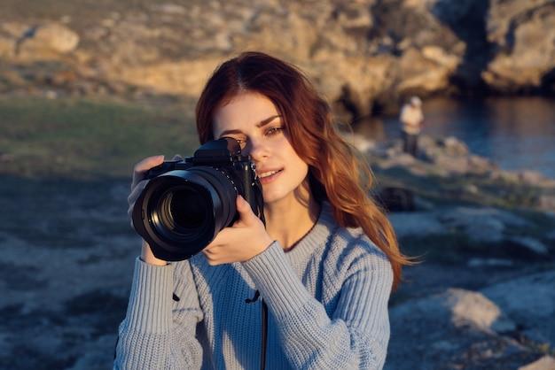 Mulher alegre fotógrafa natureza montanhas rochosas passatempo profissional