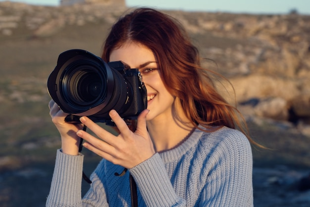 Mulher alegre fotógrafo ao ar livre montanhas rochosas paisagem férias natureza