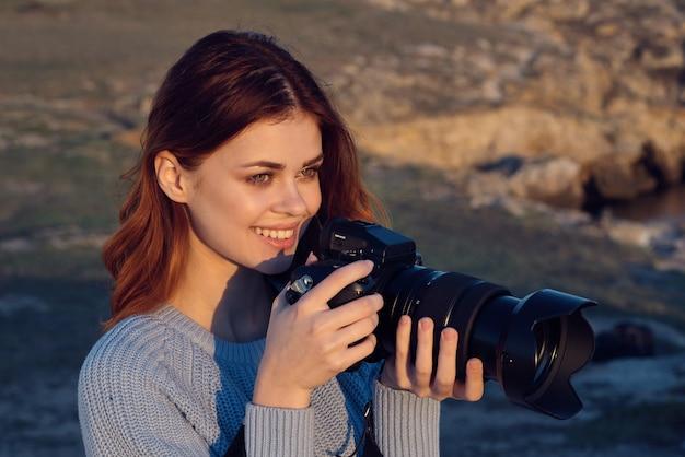 Mulher alegre fotógrafo ao ar livre paisagem viagens profissional