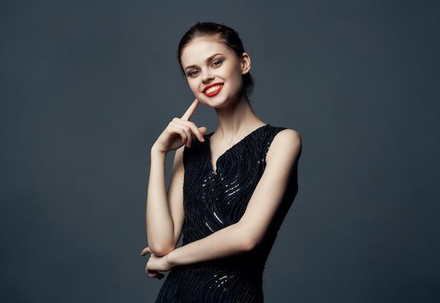 Mulher alegre lábios vermelhos emoção luxo estúdio modelo isolado fundo. foto de alta qualidade