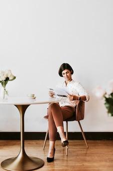 Mulher alegre lendo um jornal