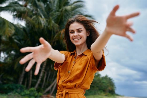 Mulher alegre na palma da viagem da liberdade da ilha
