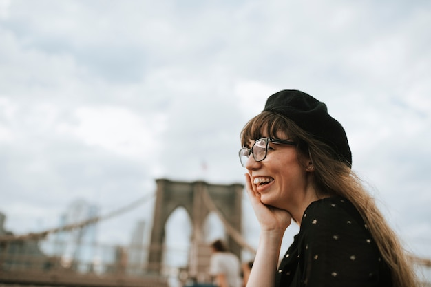 Mulher alegre na ponte de brooklyn, eua