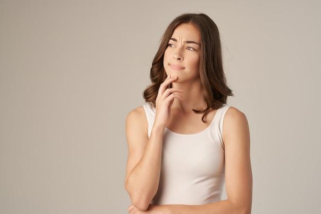 Mulher alegre posando glamour cosméticos studio lifestyle. foto de alta qualidade