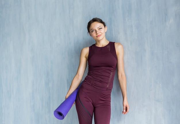 Mulher alegre, preparando-se para treinamento de yoga