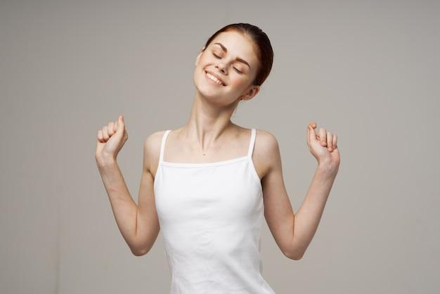Mulher alegre se levanta em uma camisa de saúde