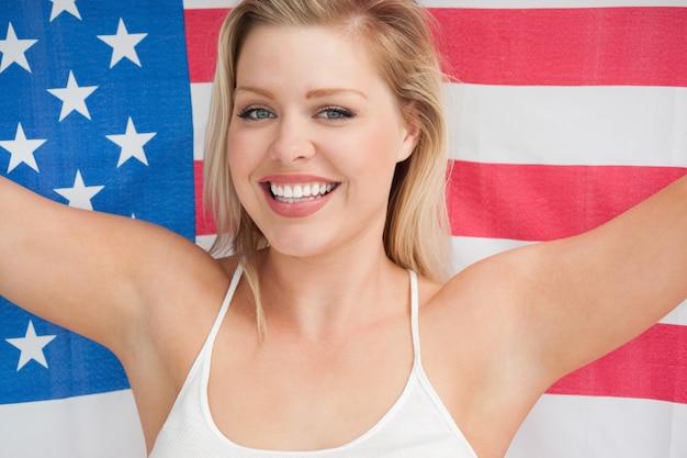 Mulher alegre segurando a bandeira americana