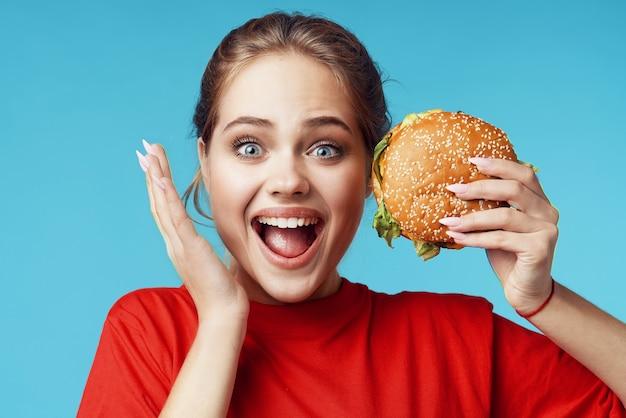 Mulher alegre segurando hambúrguer