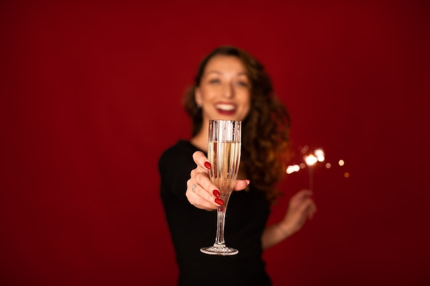Mulher alegre segurando uma taça de champanhe
