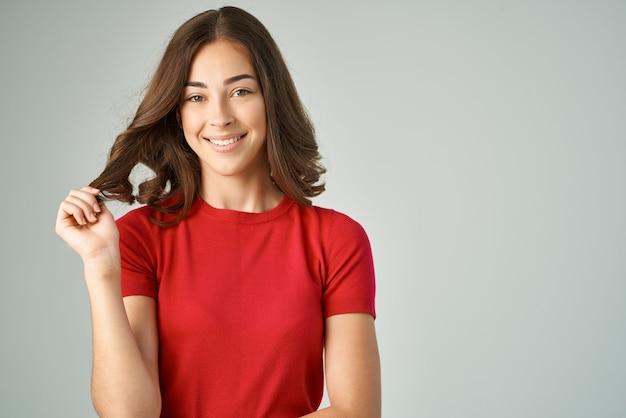 Mulher alegre sorriso emoções pele clara studio lifestyle. foto de alta qualidade