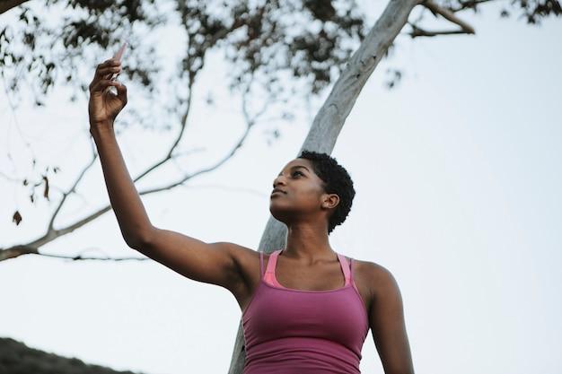 Mulher alegre tirando foto de um selfie