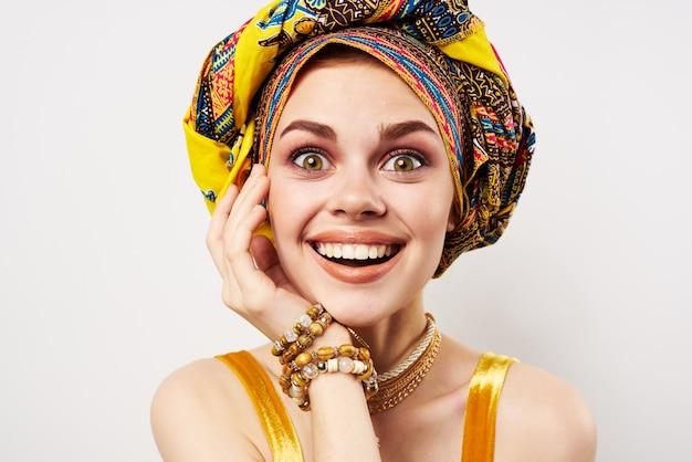 Mulher alegre, turbante multicolorido, decoração de casa, moda
